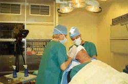 Dr J. Kolasiński i Mariola Reszke (pielęgniarka) podczas pokazowej operacji w Hospital De L'Hotel Dieu. Paryż - 05/1999