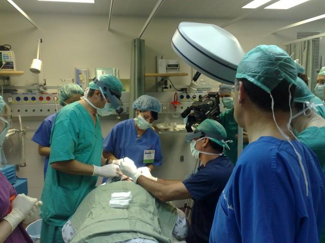 Dr Jerzy Kolasiński przeprowadza pokazowa operację, asystuje dr Matt Leavitt