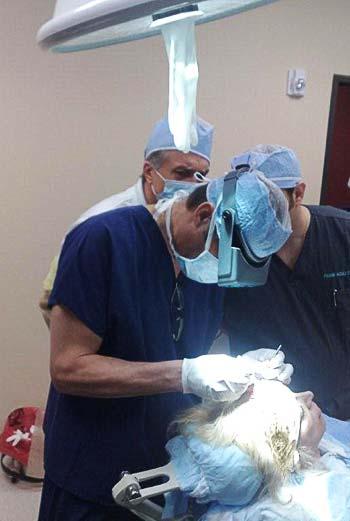 Dr med. Jerzy Kolasiński przeprowadza operację pokazową
