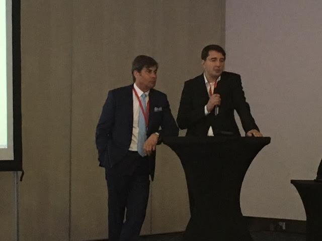 Dr n. med. Jerzy Kolasiński i dr hab. n. med. Dawid Murawa przedstawiają referat poświęcony bezpieczeństwu onkologicznemu zabiegów estetycznych piersi.